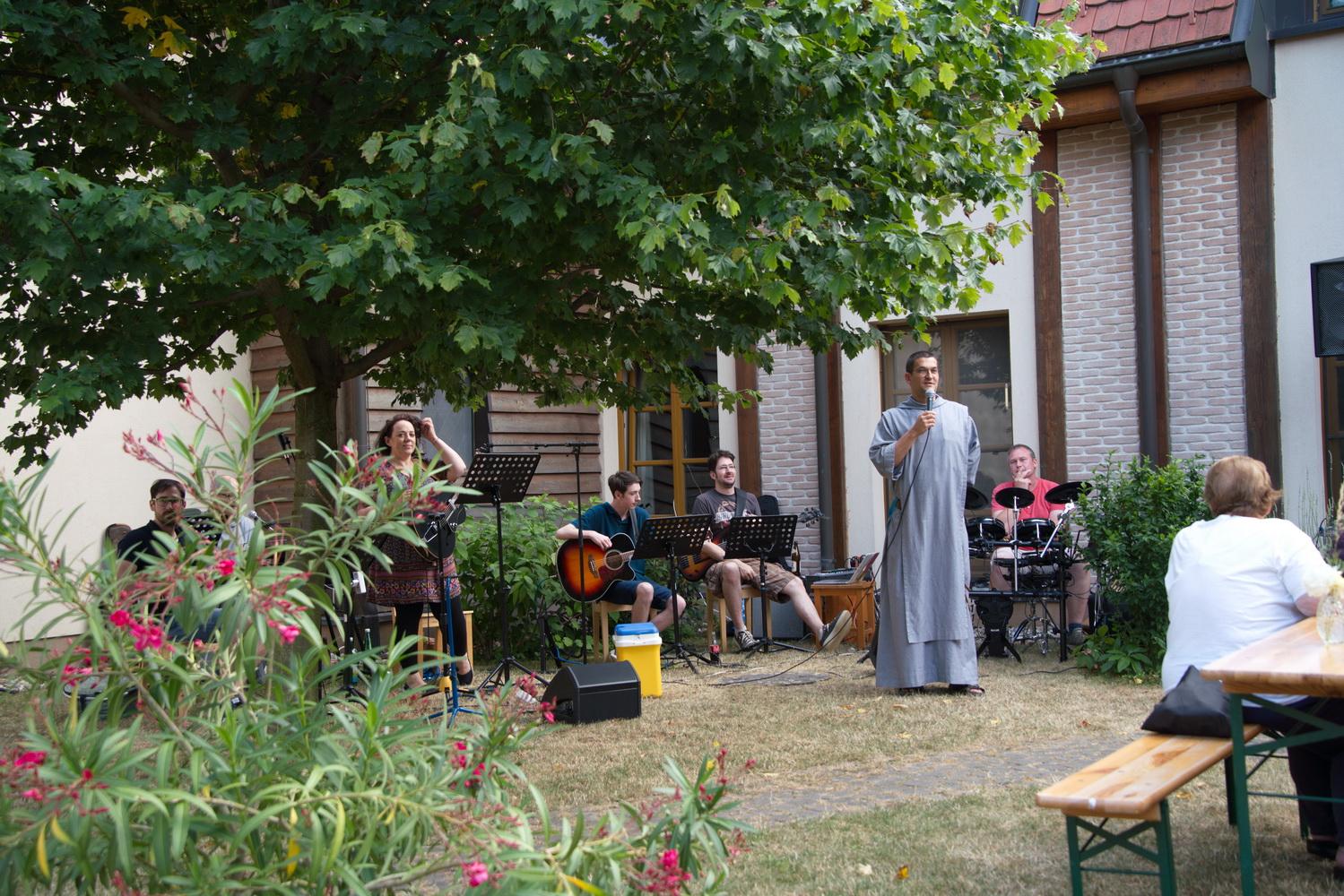 Grillen-im-Klostergarten-01